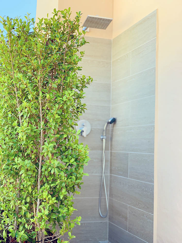Outdoor shower greenery 750