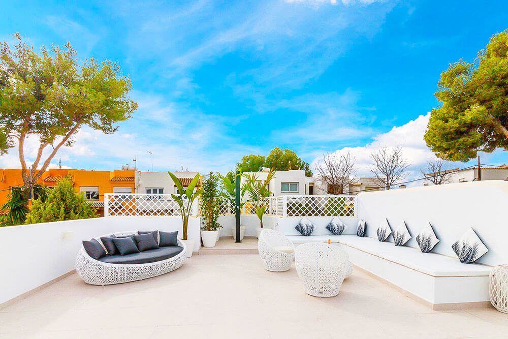 sheek white spanish rooftop furniture with shower