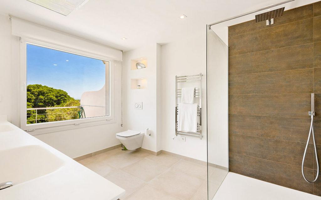 Classy modern white bathroom in La Quinta, Marbella