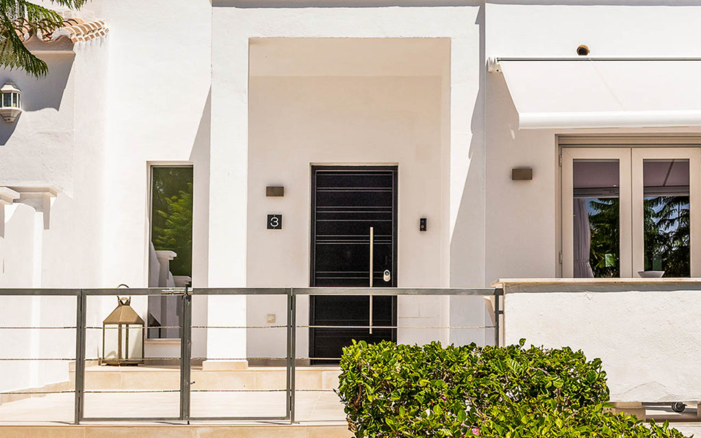 Classy entrance to white townhouse in Marbella