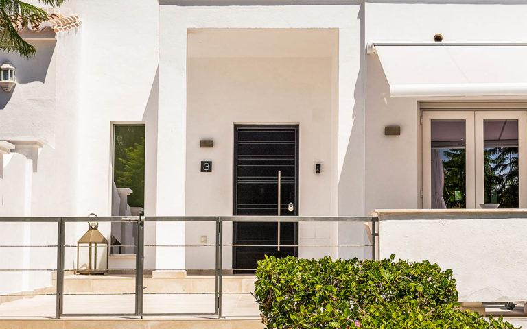 Stylish townhouse entrance in La Quinta, Marbella