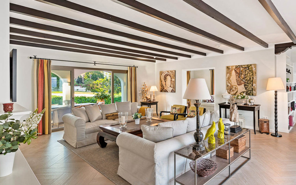Traditional living room with timber roof beams in San Pedro Golf