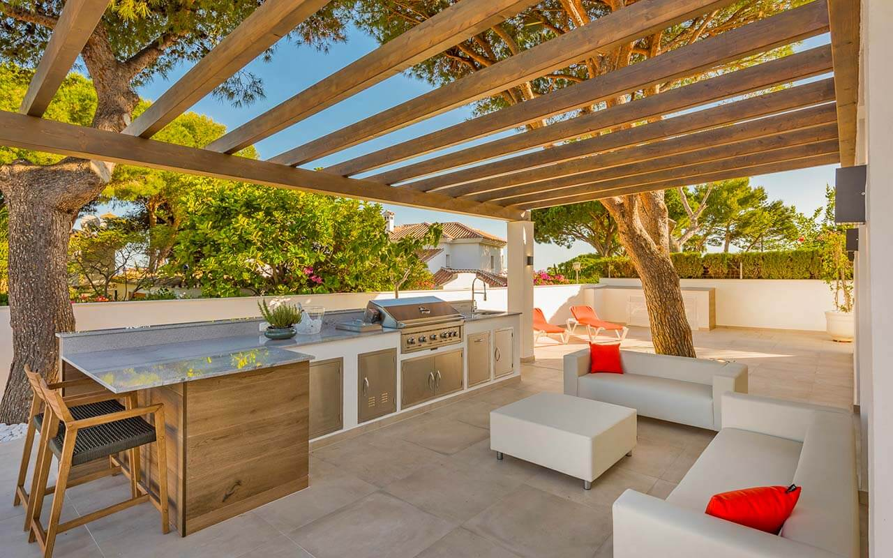 Outdoor living area with open pergola in Mijas, Fuengirola