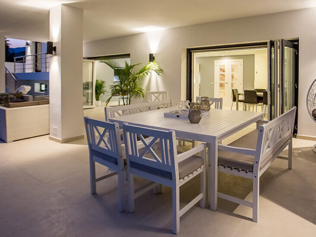 Stylish white toned outdoor dinning and living area in Marbella