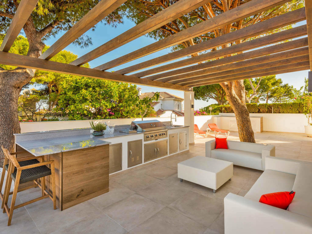 Stylish outdoor kitchen, barbeque, bar and living area by ProMas in Mijas Costa