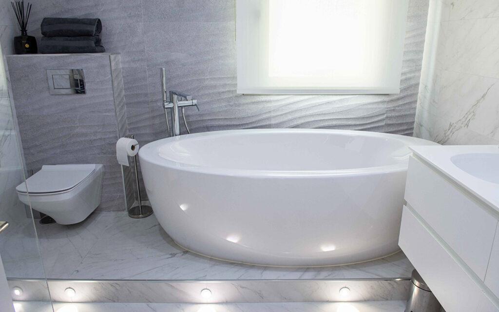 Indirect lighting in bathroom
