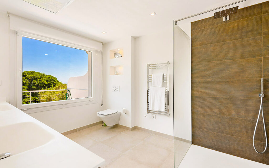 Luxurious frameless shower with views in La Quinta