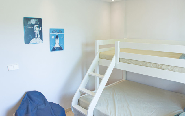 Contemporary children´s and visitor´s bedroom with double bunk