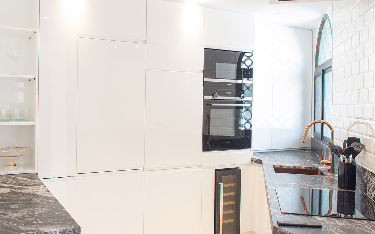 Modern black and white complete kitchen in a small corner space