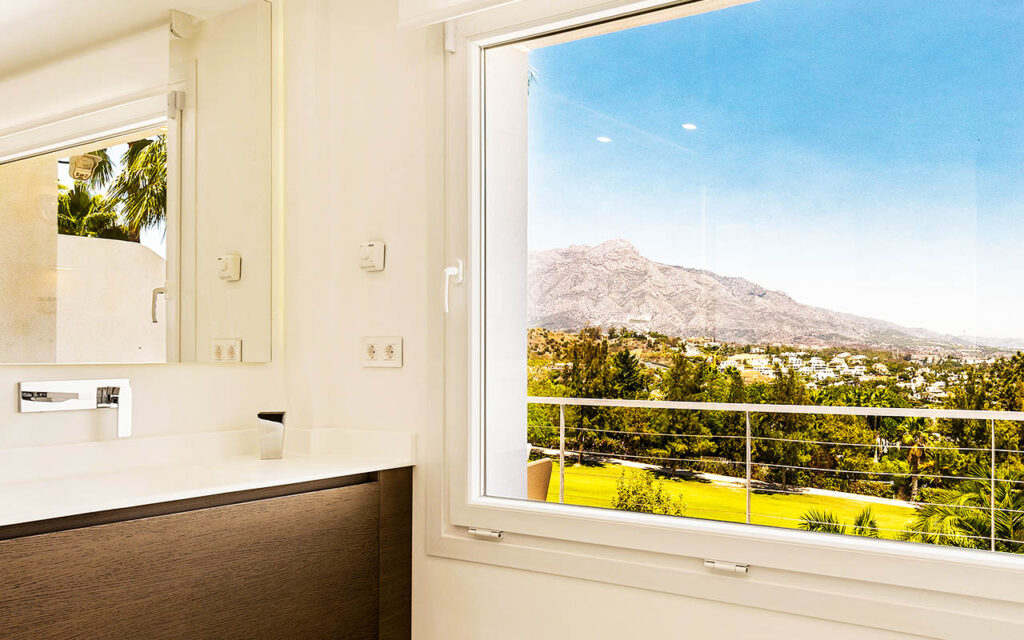 Beautiful refurbished bathroom with views in La Quinta