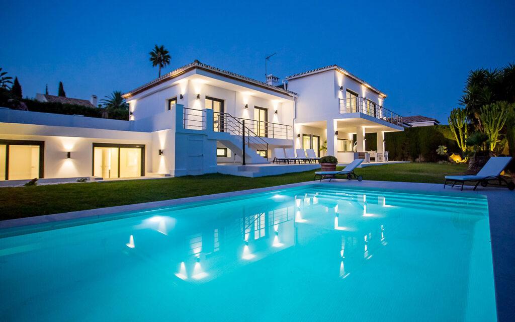 Modern villa for sale in Los Naranjos, Nueva Andalucía