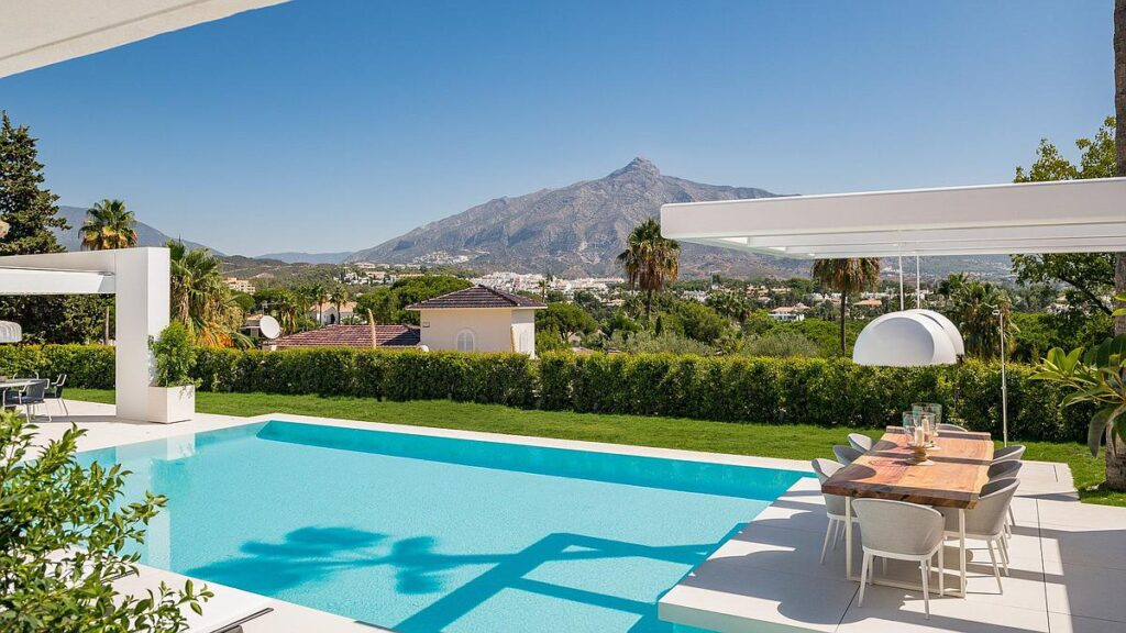 Villa for sale in Marbella with pools with views to La Concha mountain