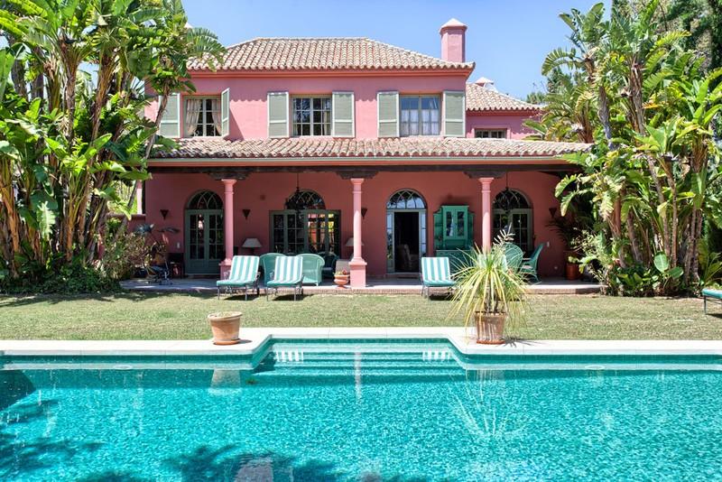Traditional villa for sale in Las Chapas