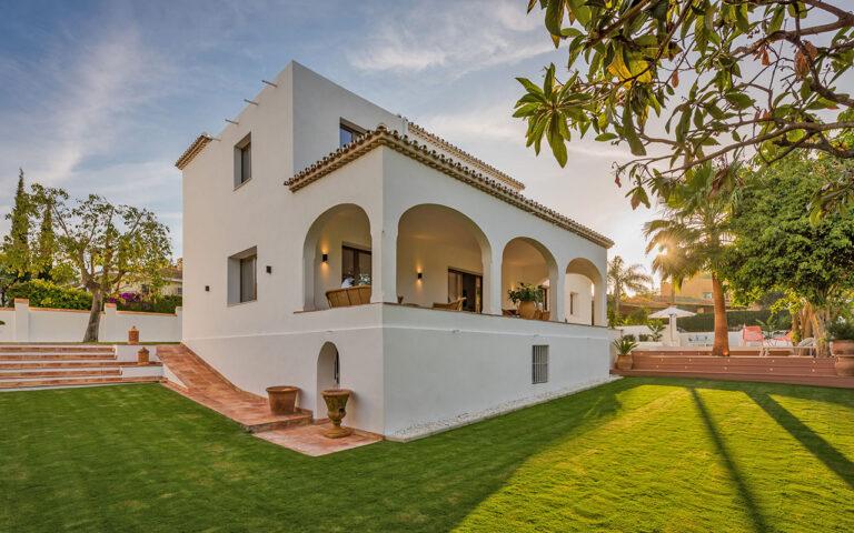Beautiful landscaped garden by ProMas Builders in Marbella